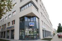 Ansicht Liebenauerfeld Aerztehaus mit Bank